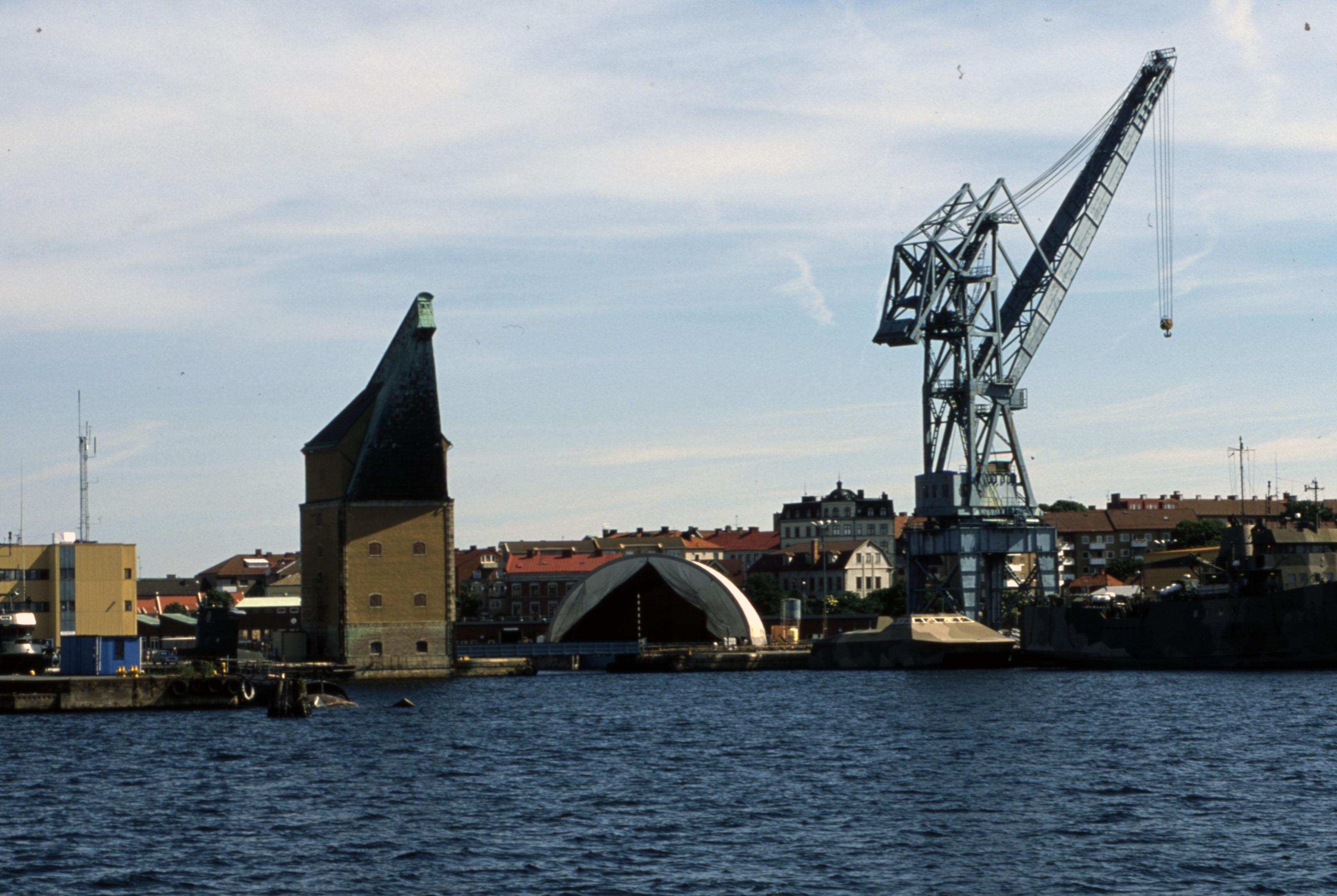 Gamla och nya mastkranen på varvet i Karlskrona. Blekinge Museum, Region Blekinges samling