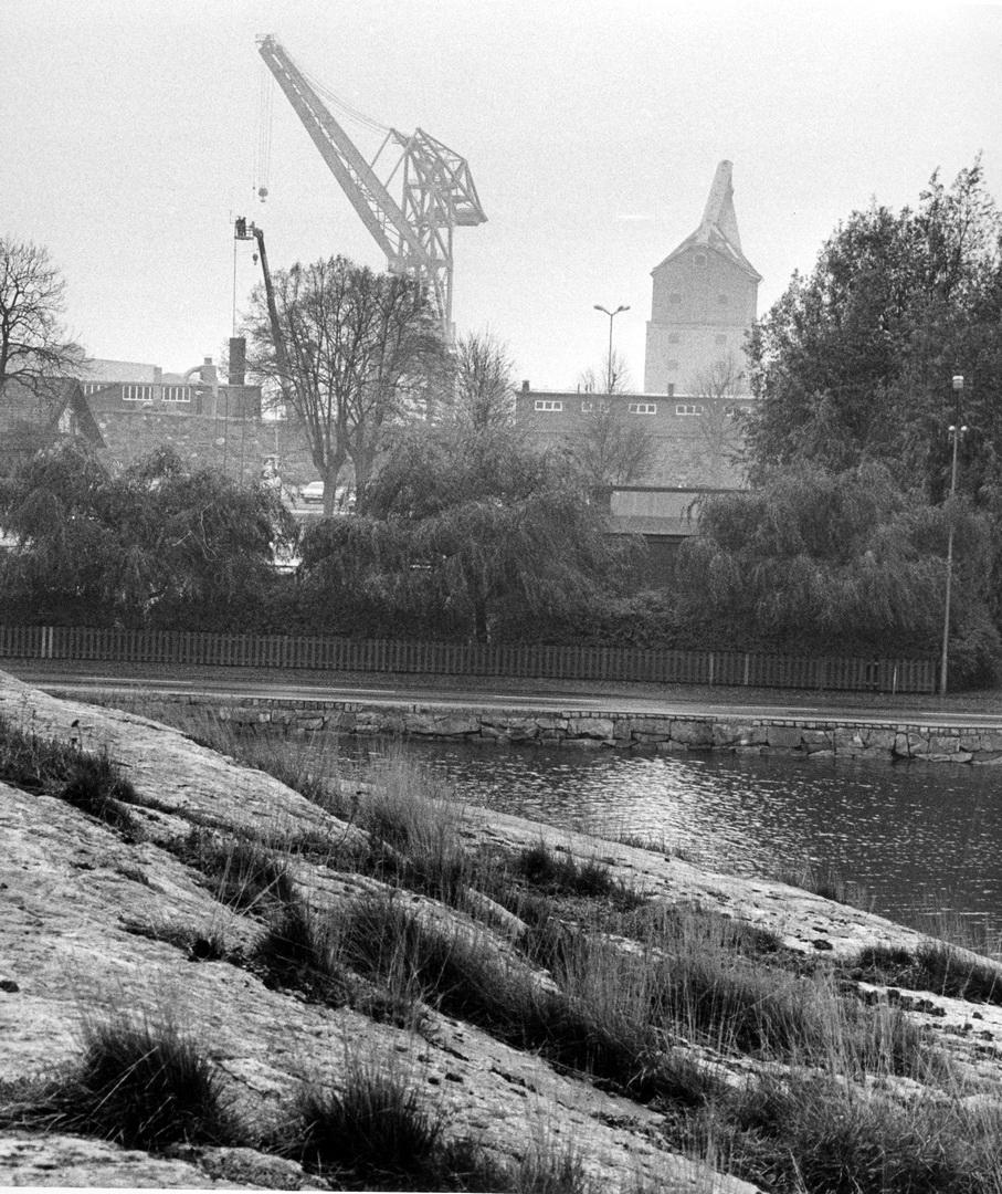 Karlskronavarvet/Örlogsvarvet med gamla och nya mastkranen. Fotograferad från Stakholmen rakt söderut. Blekinge museum, Sydöstrans arkiv